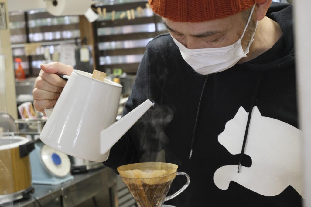 コーヒーを入れるだいちcafeのオーナー